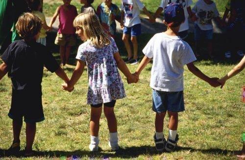 Дети держатся за руки