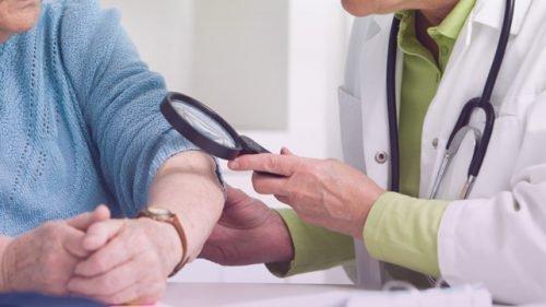 Пациент с псориазом у доктора