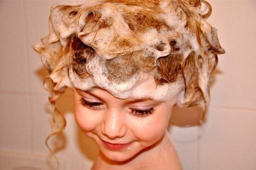 Девочка моет голову
