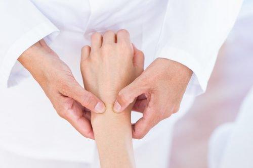 Врач и рука